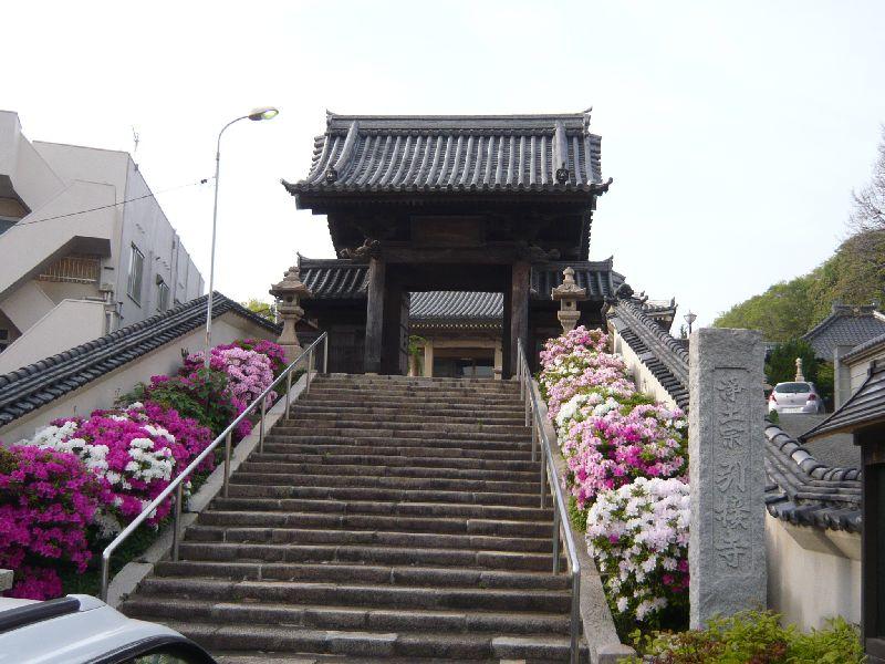 引接寺「三門の龍」の彫刻がある山門